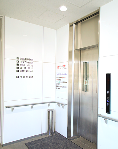 エレベーターで2階へお越しください。